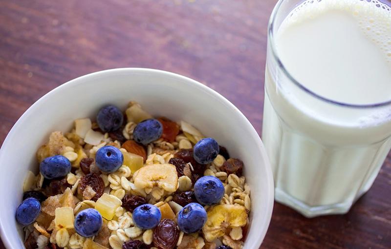 Молоко - один из самых спорных продуктов в ЗОЖ